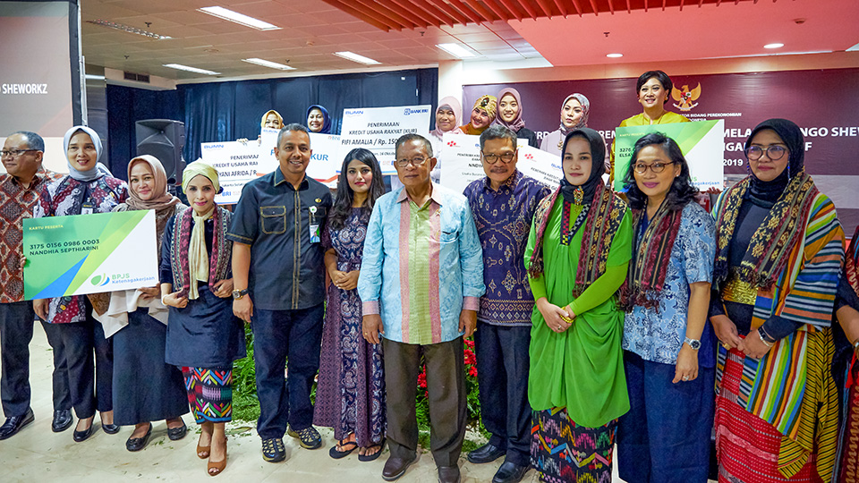 Ankiti Bose poses at the launch of Zilingo's SheWorkz programme in Jakarta, Indonesia, on October 16, 2019. On her right is Iskandar Simorangkir, Deputy Minister for Macroeconomic and Financial Coordination, Coordinating Ministry for Economic Affairs of Indonesia. On her left is Darmin Nasution, the former Coordinating Minister for Economic Affairs. In the photo on the right, they are joined by members of the Indonesian fabrics and fashion group Komunitas Cinta Berkain Indonesia. Photos: Courtesy of Zilingo.
