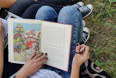 "A pupil from Utsera summer school reading the collection of fairy tales ""Once there was a girl"""