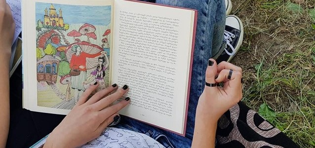 """A pupil from Utsera summer school reading the collection of fairy tales """"Once there was a girl"""""""