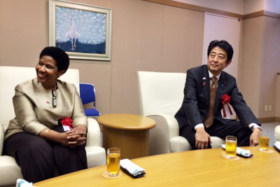UN Women Executive Director Phumzile Mlambo-Ngcuka and Japanese Prime Minister Shinzō Abe sit in the newly inaugurated UN Women liaison office in Bunkyo City on 30 August 2015.