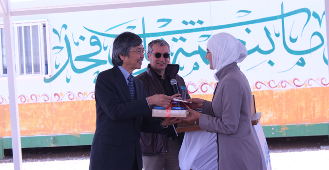 The Ambassador of Japan awards Syrian refugees and Jordanian youth taking part in the celebrates art project at UN Women's Oasis in Za'atari refugee camp