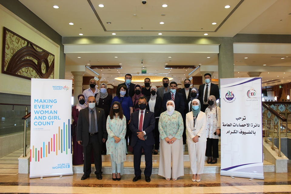 Dr. Shaher Al-Shawabkeh, Director General of DOS, and Ms. Aisha Mukhtar, UN Women Jordan Deputy Representative, are joined by participants of the first workshop on gender-responsive institutional performance development. Photo: UN Women/ Yeji Lee