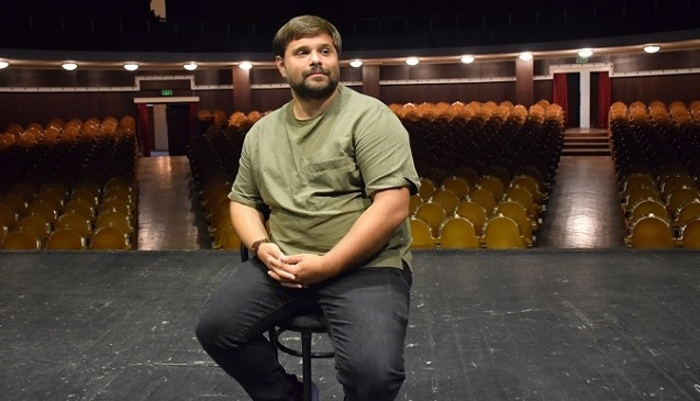 Together with his theatre crew, he had traveled for 6 months throughout the Republic of Moldova, staging the 'Free' (Libera) play in 16 localities and raising thus the issue of violence against women and how this phenomenon impacts the future generations.