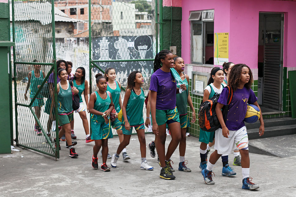 Every day after school, 30 girls meet at the Olympic Vila of Mangueira—one of 22 public spaces with free sports facilities managed by the municipality in the north of Rio de Janeiro— to play basketball.