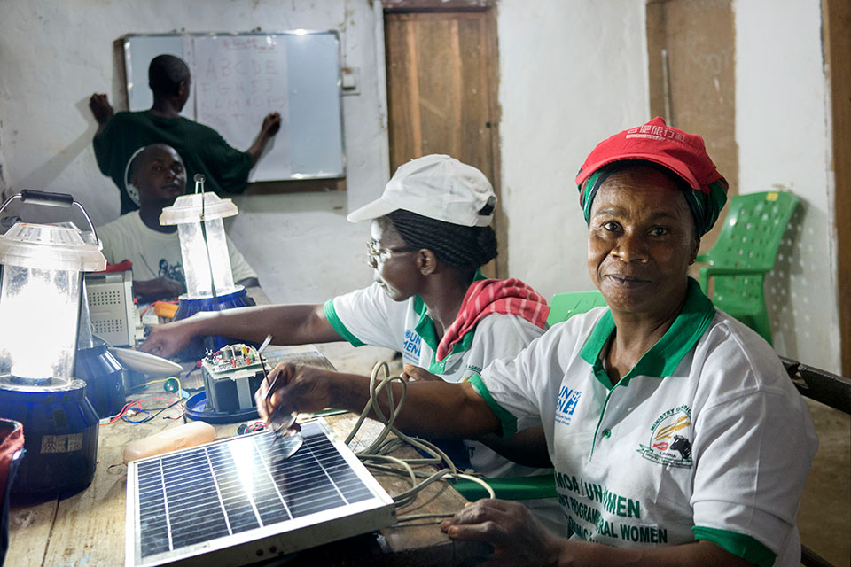 26 women from 16 villages in Liberia, South Sudan, Tanzania, and Uganda were selected to participate in six months of training on building, installing and maintaining solar lamps and panels. Photo: Thomas Dworzak/Magnum Photos for UN Women