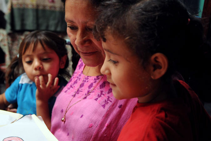 Latin American woman with two children Photo: UNICEF/NYHQ2012-2271/Markisz