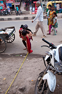 During a safety audit in the Molarband market in south Delhi, the length of the pavement is measured. Concrete and wide pavements allow women to be safer from attacks. Photo Credit: UN Women/Gaganjit Singh
