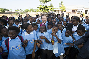 Secretary-General Ban Ki-moon visits the Sansão Muthemba Secondary School in Polana Caniço, Maputo to promote education and the UNiTE to End Violence against Women and Girls Campaign. (Photo: UN Photo/Eskinder Debebe)