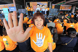 Sporting orange, Chutima Boonjai, Vice-President of the International Transport Forum of the Bangkok Mass Transit Authority, joins 'Orange your Journey' to combat sexual harassment against women and girls on Bangkok's 3,509 public buses. Photo: UN Women/KithandKin/Pornvit Visitoran