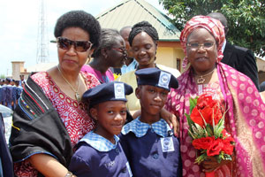 UN Women Executive Director Phumzile Mlambo-Ngcuka (left), and Nigeria's Minister of Women Affairs and Social Development Hajiya Zainab Maina (right), with two young girls from the Federal Government Girls College (FGGC) in Abaji, Nigeria. Photo: ONU Femmes/Mariam Kamara