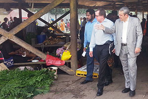 New Zealand Minister for Foreign Affairs and Trade, Murray McCully; Minister for Sports and Pacific Games, Justin Tkachenko, and Deputy City Manager, Honk Kiap, surveying the conditions of Gordons market. Photo: UN Women/Michelle Alexander