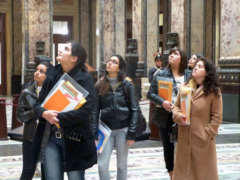 Six of the 25 young Uruguayan women leaders who took part in the tutorial visit the Legislative Palace in Montevideo, Uruguay.  Photo: UN Women / Mónica Álvarez