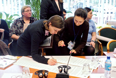 Journalists sign the commitment for a balanced presence of women and men in news