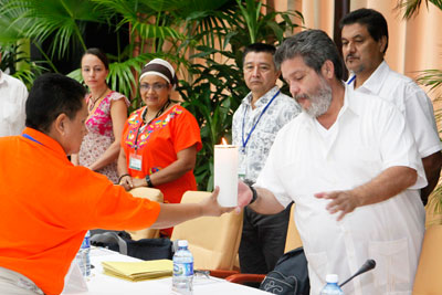 In a symbolic ceremony at the fourth survivors' delegation to the peace talks in Havana in November 2014, Nora Elisa Vélez, a displaced woman and LGBTI survivor representative, hands over a white candle to Marcos Calarcá, of the FARC-EP negotiating team. Photo courtesy of the Government of Cuba.