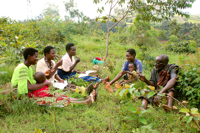 Jocelyne Ndayirorere (third from left) and other women mediators and community members work together to resolve conflict. Photo: UN Women/Bruno Gumyubumwe