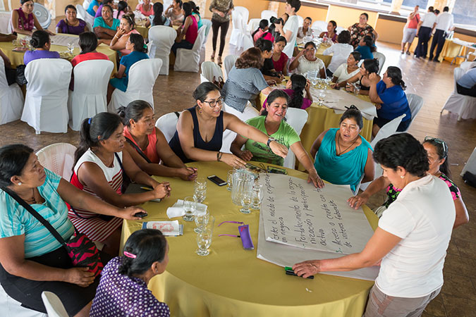 "María José Schaeffer participating in a work group with rural women entrepreneurs during a dissemination workshop for the ""Broadening Economic Opportunities for Rural Women Entrepreneurs in Latin America"" programme. Chiquimula, Guatemala (2016). Photo: UN Women/Alejandro De León."