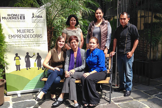 "María José Schaeffer (standing, centre) with the ""Broadening Economic Opportunities for Rural Women Entrepreneurs in Latin America"" team: Carolina Salazar, Rodrigo Pérez, Michelle De León, Maurens Figueroa and Ninoska Hurtado (2014). Photo: UN Women."