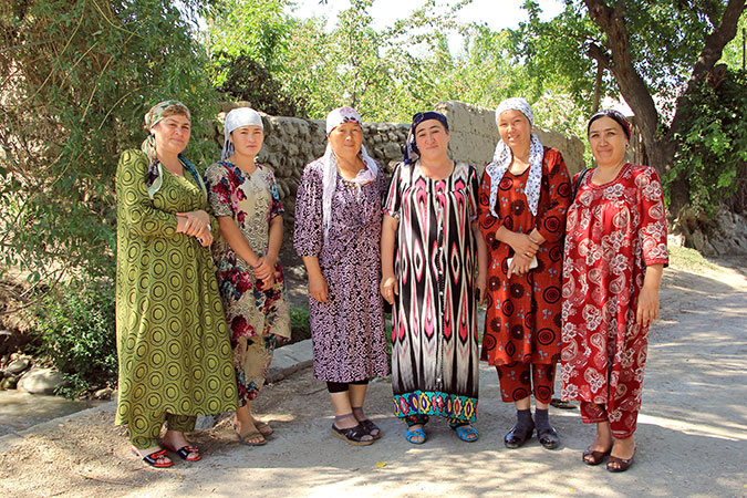 Kyrgyz and Tajik women mediators on the bridge that divides the two countries. Photo: UN Women/Aijamal Duishebaeva