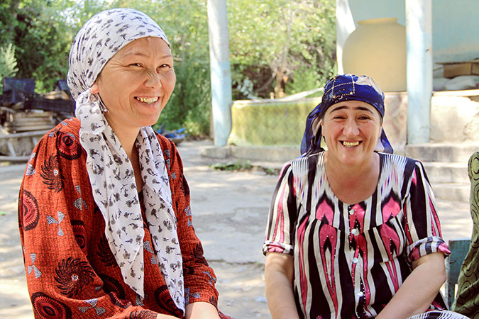 Bubuaisha Kurbanova and Nodira Avezova live on opposite sides of the Tajik-Kyrgyz border. Photo: UN Women/Aijamal Duishebaeva