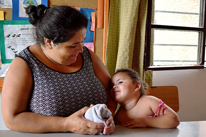 Soledad Rotella and daughter Kiara at the Child and Family Care Center of Tres Ombúes, a neighborhood northwest of Montevideo. Photo: UN Women/Agostina Ramponi