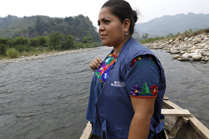 UN Women staff member Kimberly Gonzalez arrives by canoe in Puente Viejo. Photo: UN Women/Ryan Brown