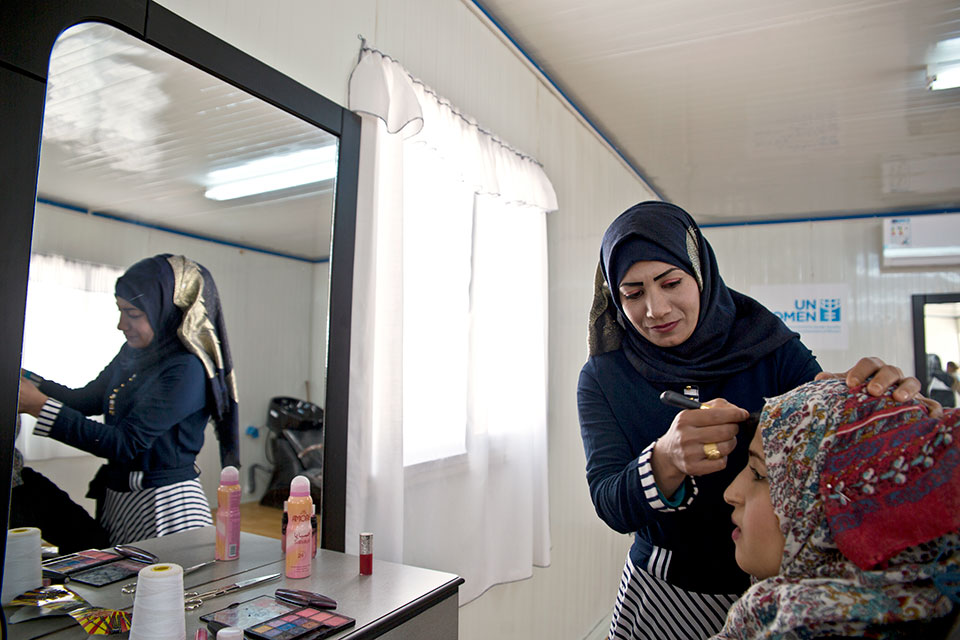 Caption: Intesar Hassan, 20, Syrian refugee woman enrolled in the UN Women's cash-for-work programme in the hairdresser workshop at 'Oasis Center for Resilience and Empowerment of Women and Girls' in the Azraq refugee camp. Photo: UN Women/Lauren Rooney