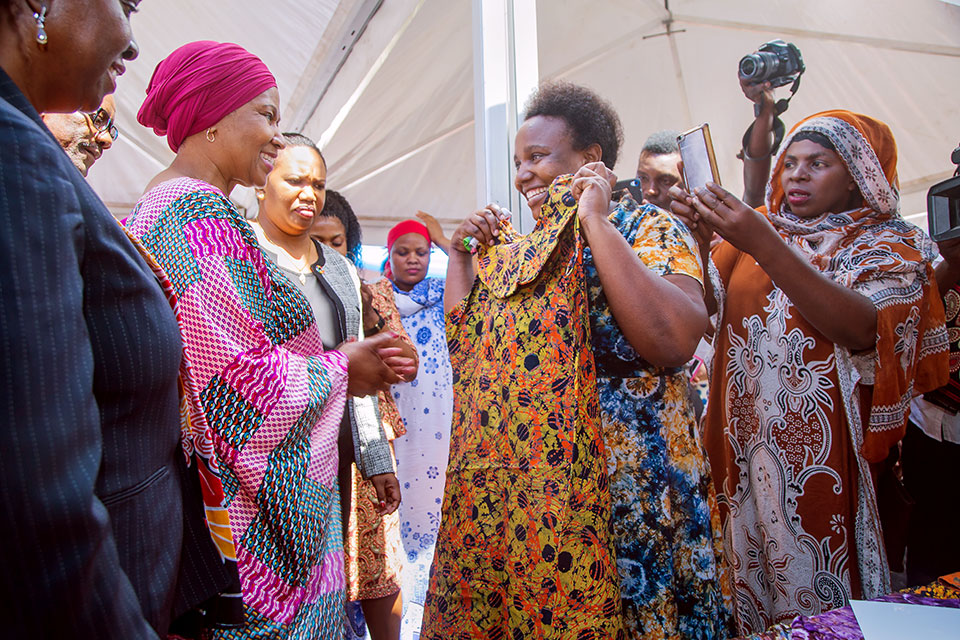 UN Women Executive Director Phumzile Mlambo-Ngcuka visits women vendors in the markets of Dar es Salaam. Photo: UN Women/Neema Muunga