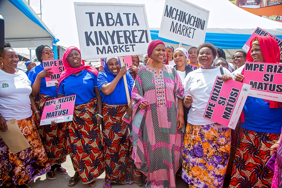 UN Women Executive Director Phumzile Mlambo-Ngcuka with women vendors who work at the markets of Dar es Salaam in Tanzania. Photo: UN Women/Neema Muunga