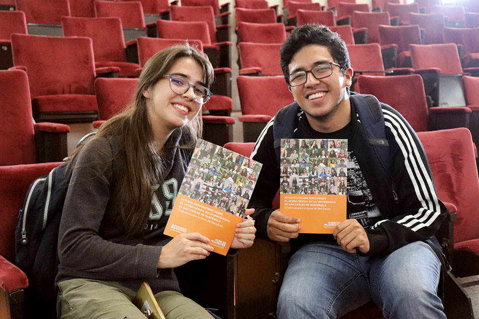 Students hold up the research study on sexual harassment on campus. Photo: UN Women/Luis Barrueto