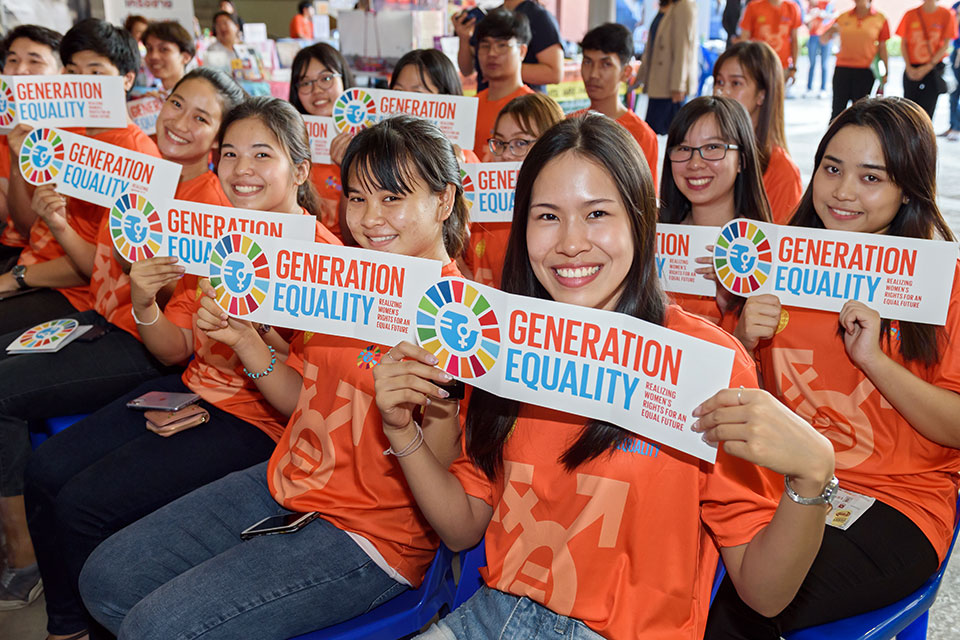"""Students at Thammasat University in Thailand commit to  """"Say 'No' To Sexual Harassment on Campus"""". Photo: UN Women/Pornvit Visitoran"""