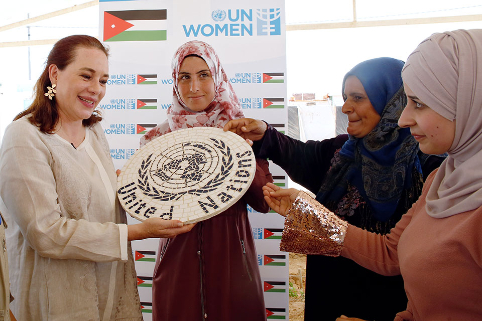 María Fernanda Espinosa Garcés, President UN General Assembly, receives a mosaic made by the women enrolled in the UN Women Oasis Center for Resilience and Empowerment of Women and Girls in the Za'atari refugee camp. Photo: UN Women/Lauren Rooney