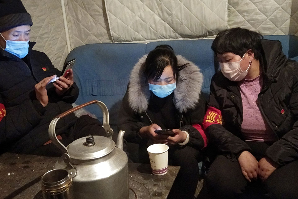 Yan Shenglian and her team members working at the check point of her village during the COVID-19 outbreak. Photo: UN Women/Feng Xinlin
