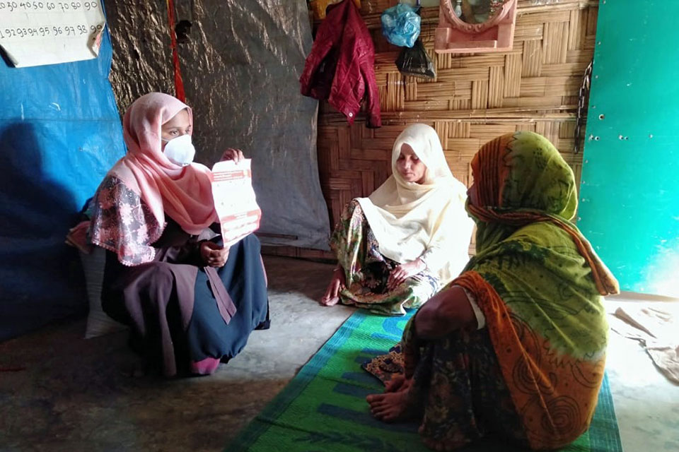 Nurussafa (left) works to keep the community informed on how to prevent the spread of COVID-19 in the camp. Photo: UN Women