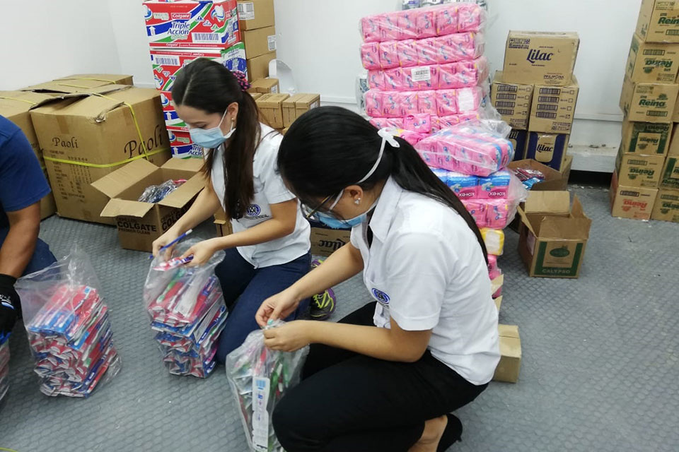 Toothbrushes and menstrual pads are sorted to pack dignity kits for women in prisons and quarantine centres. Photo: UNFPA El Salvador