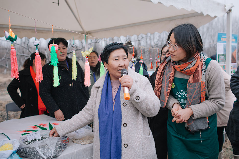 In 2019, Yan Shenglian promoting the agricultural products from her community at a UN Women event. Photo: IGSNRR