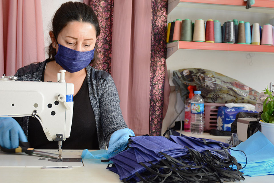 Fayza Elias Rashu is sewing masks to distribute among the displaced community in the Sharya complex for displaced persons in the Duhok Governorate, northwestern Iraq. Photo: Courtesy of Dak Organization for Ezidi Women Development.