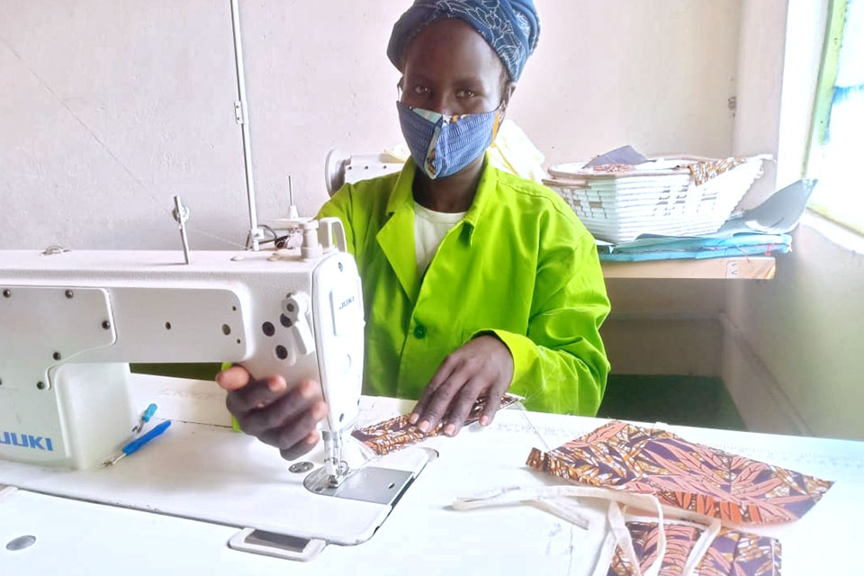 Margaret Kaukau sews fabric face masks to protect against COVID-19 spread in Kenya. Photo: UN Women