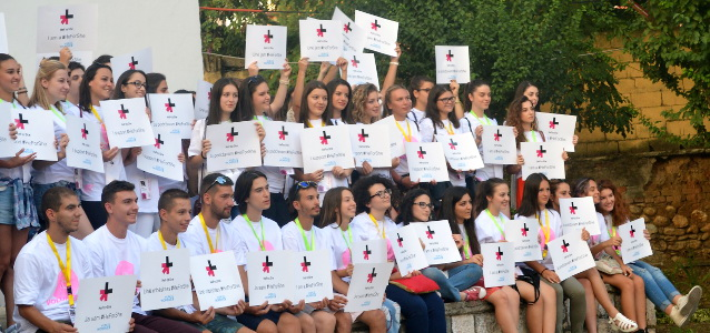 The 120 young volunteers are holding up HeForShe cards in Albanian, Serbian and English language. Of the young volunteers 50 were boys and 70 girls. Photo: UN Women/Isabelle Jost