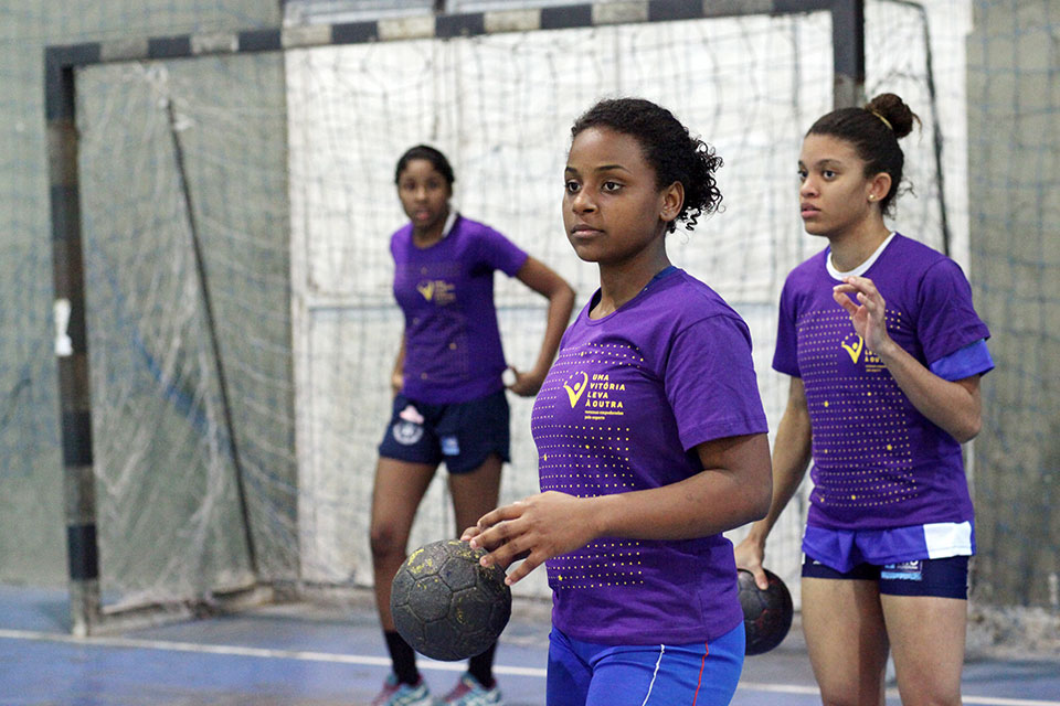 From 3 to 5 p.m., she practices handball.