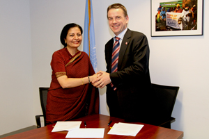 Acting Head of UN Women, Lakshmi Puri, and Danish Minister of Development Cooperation, Christian Friis Bach, sign the host country agreement at UN Women headquarters in New York on 23 April.