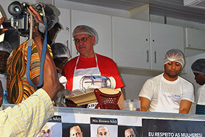 UN Women Deputy Executive Director John Hendra takes part in a culinary demonstration organized by HOPEM in Maputo, Mozambique. (Photo: UN Women/Lola López)