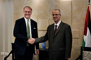 UN Women Deputy Executive Director John Hendra meets with Rami Hamdallah, Prime Minister of Palestine. Photo: UN Women/Loulou d'Aki