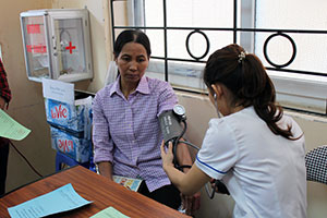 The Institute of Community Health and Development (LIGHT) provides women migrant workers with medical services through a mobile clinic. Photo: UN Women/Thao Hoang