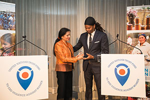 UN Women Deputy Executive Director Lakshmi Puri presented an award to Co-Executive Director of CONNECT, Quentin Walcott, for his ground-breaking efforts at a local level to end violence against women. Photo credit: UN Women/Sebastian Montalvo