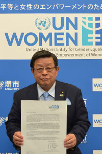 Sakai City Mayor shows to the press the formal letter from UN Women Executive Director Phumzile Mlambo-Ngcuka Photo/Sakai City