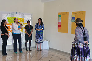 Raquel Blanco, Women Secretariat of the UD Party; Darmy Estrada, candidate for Congress by Partido Anticorrupción and Karla Padilla, candidate for Congress by Alianza Patriótica participate in a group exercise on Institutionalization of gender in electoral bodies during the Bridge seminar in Honduras.  Photo: UN Women Honduras