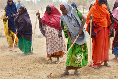Somali women refugees raking