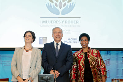(From left to right) The Minister and Director of Chile's National Women's Service, Claudia Pascual, and Chile's Foreign Minister, Heraldo Muñoz, met and took part in a press conference with UN Women Executive Director Phumzile Mlambo-Ngcuka in Santiago on 25 February 2015. Photo: UN Women/Mario Ruiz