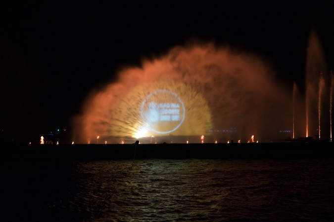 Orange messages were flashed across spraying water on the Bosphorus Strait in Istanbul on 10 December 2015. Photo: UN Women/Ventura Formicone
