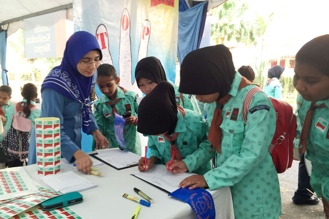 "At the ""Stop the Violence Roadshow"" in Malaysia, the Girl Guides engaged the participants in questioning gender roles and stereotypes, using non-formal education activities from the Voices against Violence curriculum. Photo: Stop the Violence Team, Girl Guides of Malaysia"